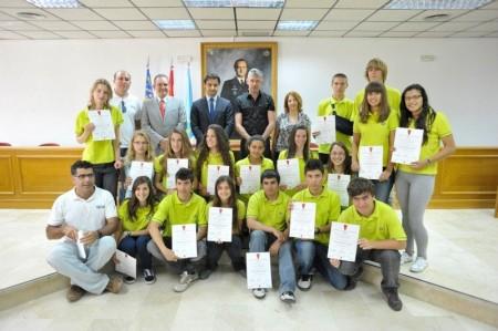 Entrega de diplomas APTCE en el Ayuntamiento de Torrevieja Alcalde, Presidente de la APTCE y Profesores Coordinadores de la Expedición Tatra, Vicedirectora y Alumnos del IES Libertas